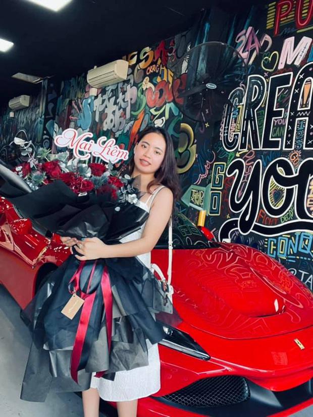 Chân dung cô gái trẻ vừa sắm Ferrari F8 Tributo tại Việt Nam: Từng sở hữu 2 chiếc Mercedes bạc tỷ, sắm cả biệt phủ cho bố mẹ - Ảnh 1.