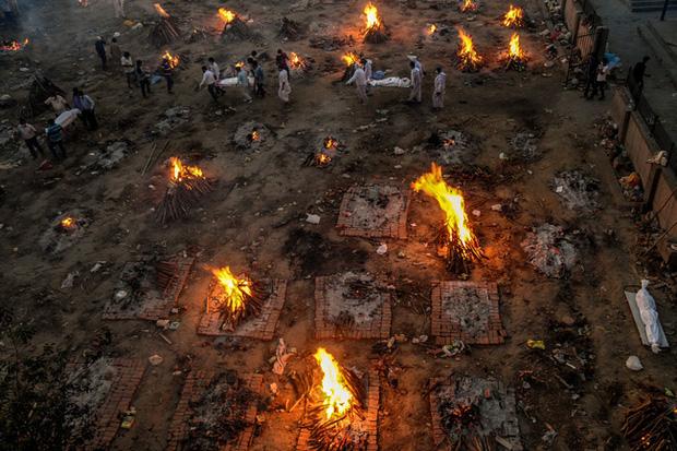 Bãi hỏa táng Covid-19 luôn rực lửa ở Ấn Độ giống như ngày tận thế hé lộ sự thật khủng khiếp về tảng băng chìm ít ai biết - Ảnh 1.