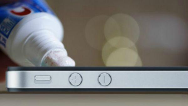 Giống như chúng ta từng dùng kem đánh răng với những chiếc đĩa CD xước, kem đánh răng có thể giúp hồi phục phần nào những chiếc smartphone có màn hình xước nhẹ. Mặc dù vậy nếu vết xước lớn, sâu hoặc vỡ, đừng dại sử dụng kem đánh răng mà hãy bỏ tiền ra thay màn hình hoặc mua máy mới. Thêm vào đó, hãy lau khô khi dùng kem đánh răng với smartphone chứ đừng lau hoặc rửa nước.