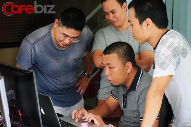 Anh Trần Mạnh Hùng bên cạnh các đồng nghiệp trong nhóm Joiha - Ảnh: Đình Kiên