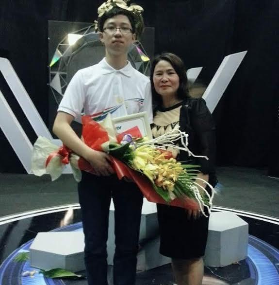 Nhật Minh và cô giáo tại cuộc thi