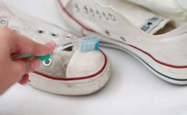 Với những đôi giày có phần da trắng như đôi Converse trong hình, bạn có thể bôi kem đánh răng lên sau đó chải bằng bàn chải để giúp phần da này trắng trở lại. Lưu ý nên lau sạch bụi bẩn trên phần da này để vệ sinh dễ dàng hơn.