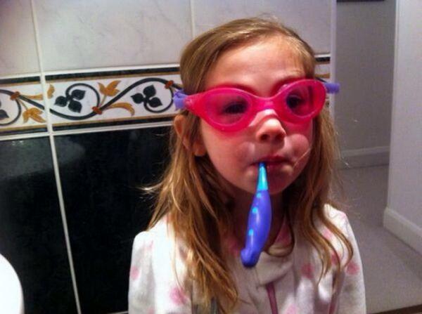 Những chiếc kính bơi dễ bị mờ khi sử dụng, tình trạng hấp hơi xuất hiện trên bề mặt kính. Hãy bôi kem đánh răng ở mặt trong của kính sau đó lau sạch, tình trạng này sẽ không còn nữa.