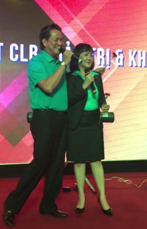 Ông Thành và vợ song ca trong đêm gala ra mắt Câu lạc bộ Quản trị và Khởi nghiệp tại TP HCM đêm 1/10.