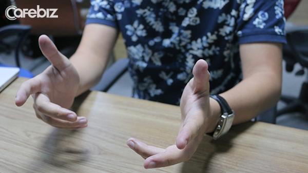 Dùng quá nhiều cử chỉ tay