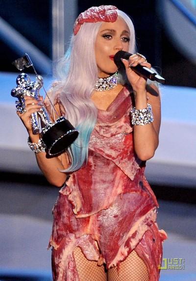 Lady Gaga và bộ váy thịt sống nổi tiếng của mình tại MTV Video Music 2010.