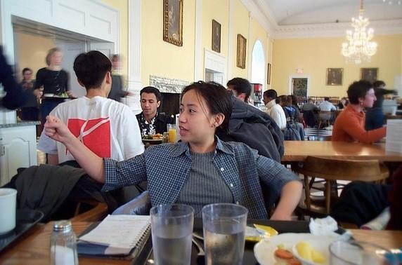 Trong bữa ăn có những người học tập, nhưng họ là thiểu số và họ không lặng thinh trật tự học bài mà thỉnh thoảng vẫn trêu đùa cùng bạn bè.