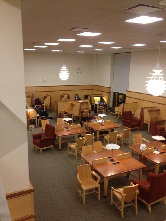 Chia sẻ của Ramzi Amri, một tân sinh viên Harvard, hình ảnh này được anh chụp vào buổi tối tại một thư viện bên trong Harvard.