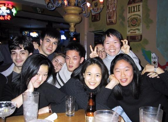 Và sau giờ học, họ tụ tập tại các cửa hàng gần trường học, uống bia, nghe nhạc và giải trí, thư giãn như sinh viên trên toàn thế giới.
