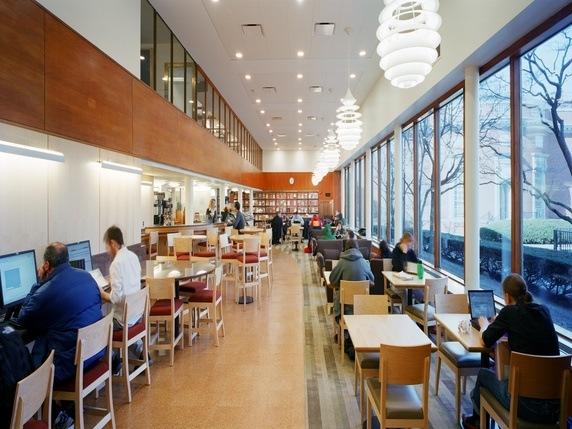 Theo cựu sinh viên William Chen thì đây là thư viện Lamont tại Harvard, thư viện duy nhất mở cửa đến 4 giờ 30 sáng (tuỳ từng thời điểm). Và kể cả trong khoảng thời gian thi cử căng thẳng nhất, thư viện này chưa bao giờ chật cứng người.
