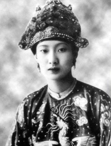 Nam Phương hoàng hậu, vợ vua Bảo Đaiạ, cháu ngoại Huyện Sỹ