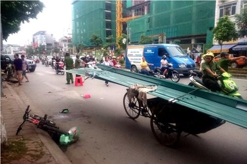 Chiếc xe chở tôn gián tiếp gây tử vong cho một bé trai ngày 23/9 trên đường phố Hà Nội. Ảnh: Thanh Hà.