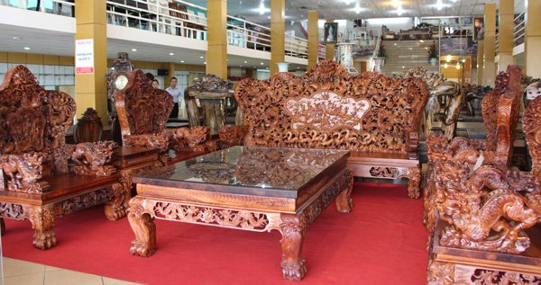 Bộ bàn ghế nặng gần 2 tấn bằng gỗ quý