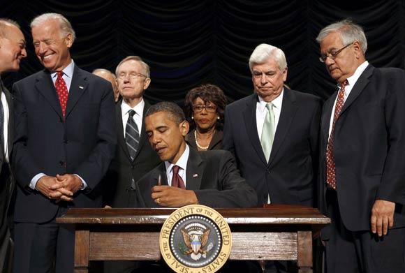 Tổng thống Obama ký thông qua Dodd frank năm 2010.