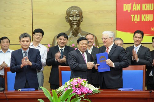 Các nhà đầu tư ký kết đầu tư với lãnh đạo UBND tỉnh Nghệ An