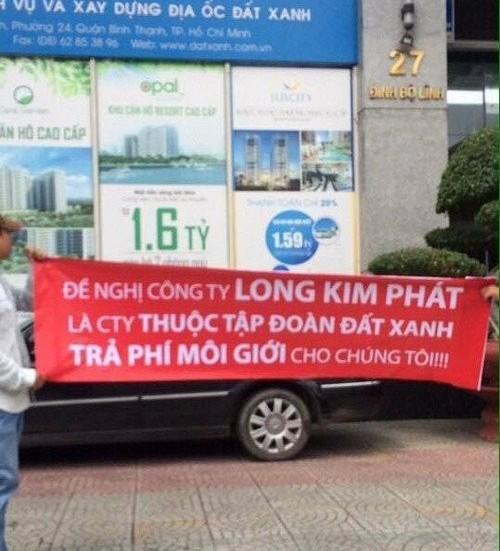 Nhóm người của Kim Phát căng băng rôn trước cửa trụ sở Tập đoàn Đất Xanh đòi trả phí môi giới