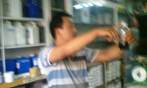 """Nhân viên cửa hàng hóa chất trên đường Lê Duẩn giới thiệu về loại """"Cafe Mỹ"""": chỉ cần 35.000 đồng có thể chế được 2.000 ly cà phê. Ảnh: Nguyễn Thành."""