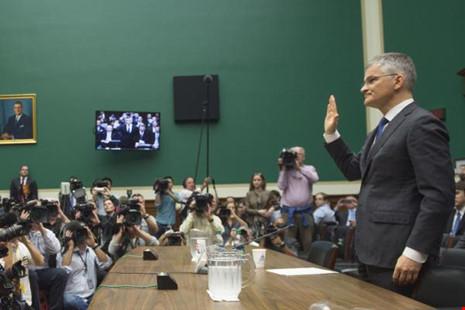 Tổng Giám đốc Volkswagen AG ở Mỹ, Michael Horn tuyên thệ trong phiên điều trần về bê bối khí thải trước Tiểu ban Năng lượng và Thượng mại Hạ viện ngày 8-10.