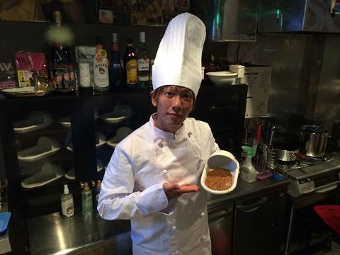 Anh Shimiken trong nhà hàng của mình