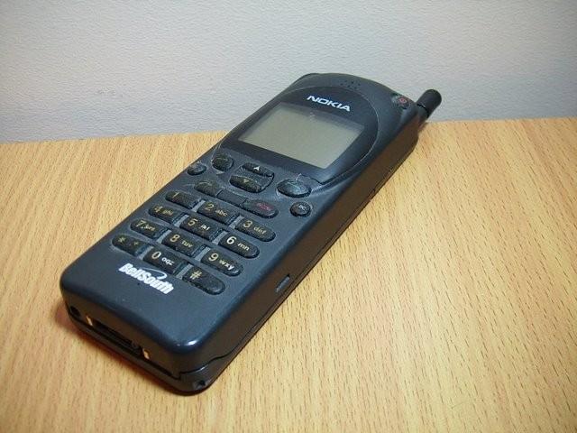Điện thoại Nokia ngày xưa khác xa thời hiện đại, có chiếc to bằng cả cục gạch, nên người ta tạm gọi là điện thoại cục gạch...