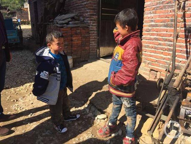 Cậu bé (bên trái) được cư dận mạng gọi là Tiểu Jack Ma sau khi có khuôn mặt giống y đúc ông chủ Alibaba.