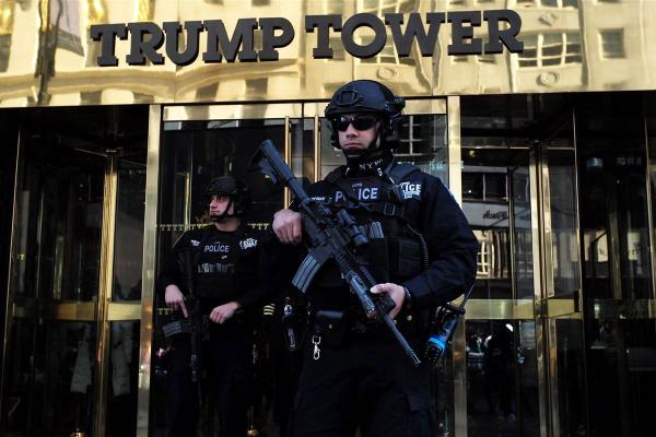 Cảnh sát vũ trang đảm bảo an ninh bên ngoài tháp Trump, nơi ở của tổng thống mới đắc cử Donald Trump. Ảnh: NBC News