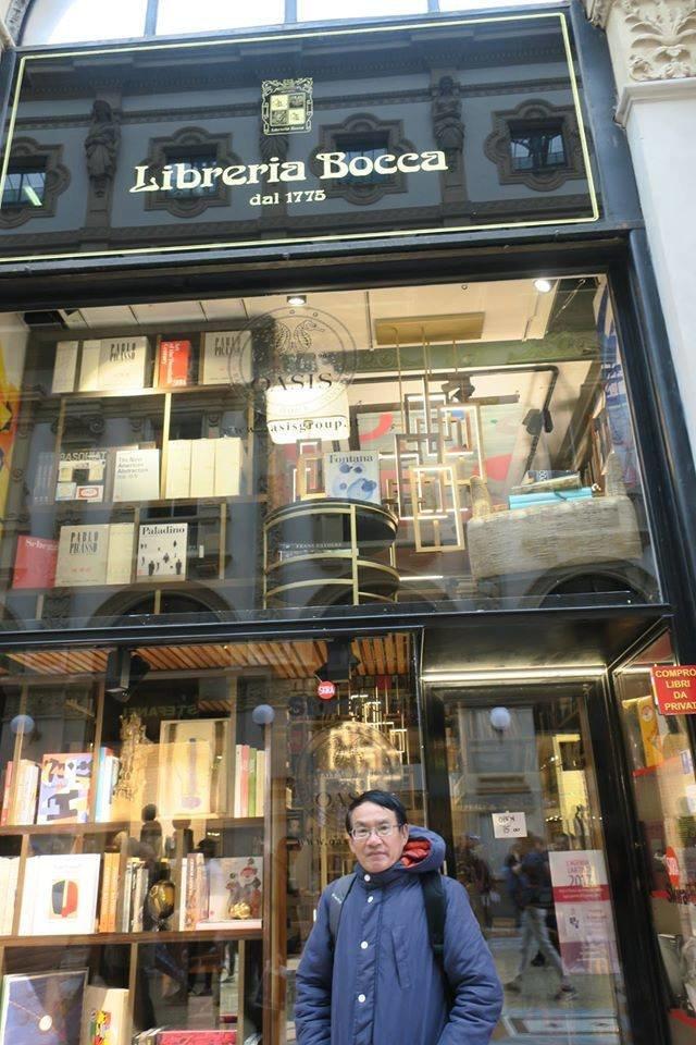 Tác giả đứng trước một tiệm sách ra đời từ năm 1775, nằm ngay giữa trái tim của Milan, Ý - Ảnh: Tác giả cung cấp