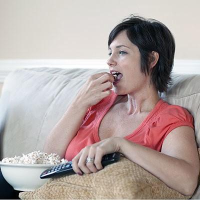 Dành quá nhiều thời gian cho việc xem tivi làm bạn thụ động và tăng nguy cơ bị đau tim, đột quỵ. Ảnh: Getty Images.