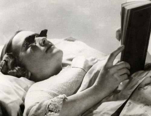 Kính giúp cho người nằm trên giường cũng có thể đọc sách