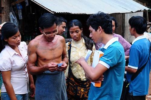 Metfone (thương hiệu của Viettel tại Cam-pu-chia) đã đưa dịch vụ viễn thông đến với người nghèo.