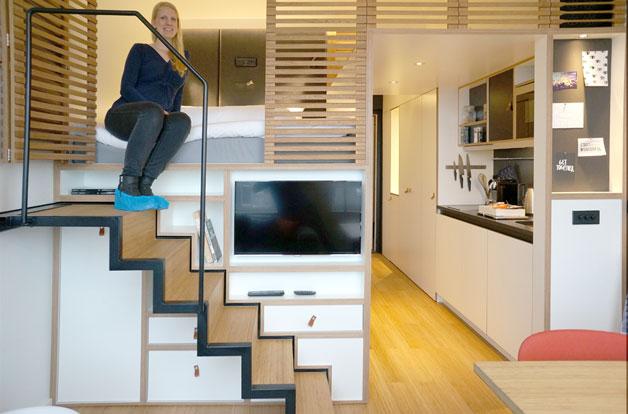 Ngôi nhà nhỏ được bố trí vô cùng thông minh, rất tiện lợi cho người sử dụng. Toàn bộ khu vực nghỉ ngơi được làm bằng bức vách gỗ dạng thanh với nhiều khe hở giúp thoáng khí.