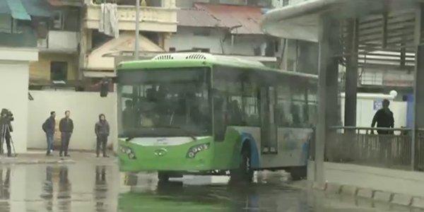 Xe buýt chạy thử trong bến xe Kim Mã sáng nay