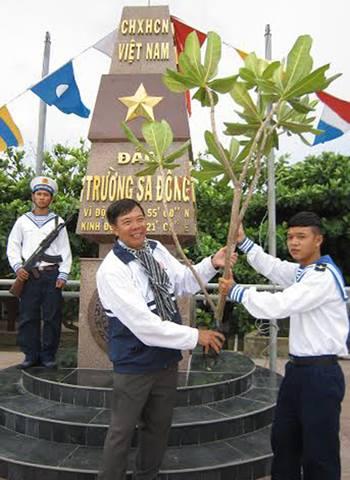 Thầy Nguyễn Kim Hồng trong một chuyến ra Trường Sa