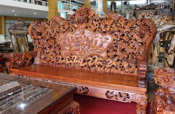 Ghế dài với hình tượng 9 con rồng