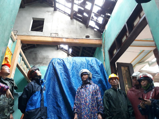 Lốc xoáy khiến nhà dân bị tốc mái (Ảnh: NLĐO)