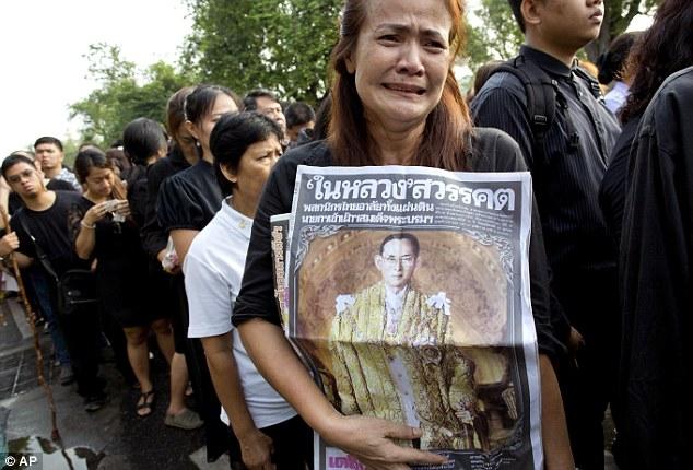 Những người tới Thái Lan nên ăn mặc đúng mực trong không khí buồn thương trên cả nước.