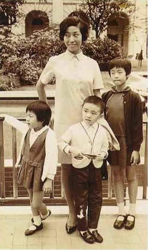 Gia đình 4 người của Châu Tinh Trì khi sống nhờ tại nhà bà ngoại.