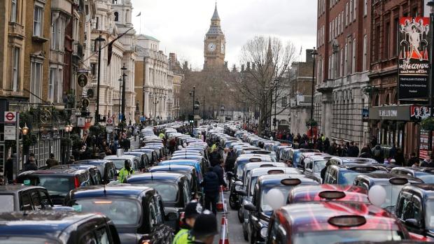 Các lái xe taxi tại London làm nghẽn một con đường để biểu tình phản đối các hãng dịch vụ như Uber.