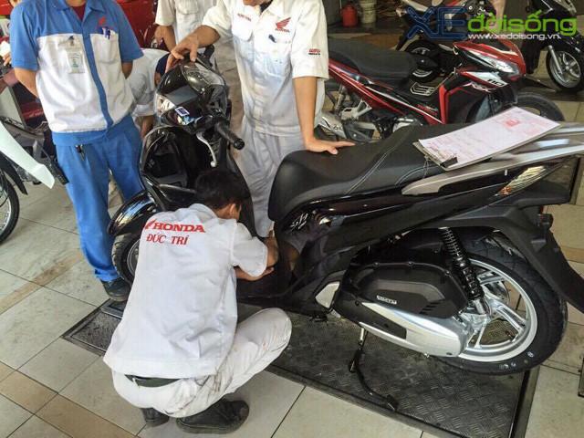 Tại một số HEAD ở Hà Nội, Honda SH 2017 xuất hiện lác đác và chủ yếu để cho khách xem là chính