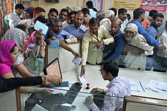 Lượng khách đến đổi tiền mặt tại các ngân hàng luôn trong tình trạng quá tải.