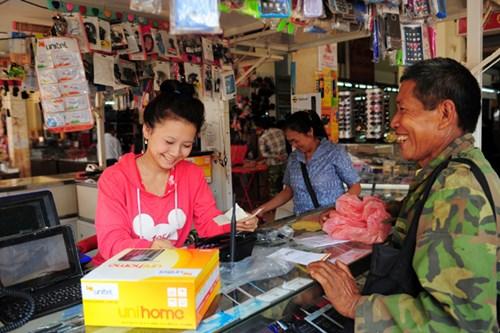 Nhân viên Unitel (thương hiệu của Viettel tại Lào) đang bán hàng tại một tỉnh miền núi của Lào.