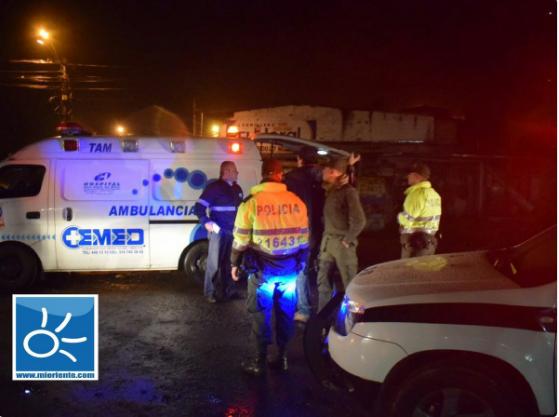 Cảnh sát và nhân viên cứu hộ đang có mặt ở hiện trường vụ tai nạn.