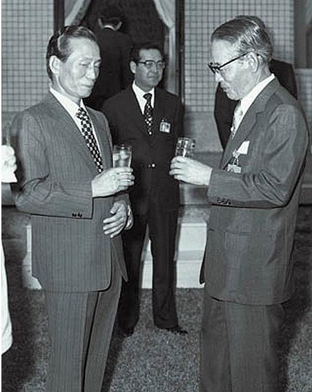 Một cuộc gặp gỡ khác của ông Park và ông Lee vào năm 1975. Vị tổng thống độc tài của Nam Hàn lúc này vẫn ép buộc các tập đoàn phải đáp ứng chỉ tiêu xuất khẩu dù chịu lỗ.
