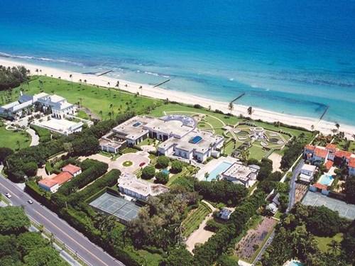 Trump cũng từng sở hữu một căn biệt thự thứ hai ở Palm Beach, nhưng ông đã bán nó cho tỷ phú người Nga Dmitry Rybolovlev vào năm 2008.