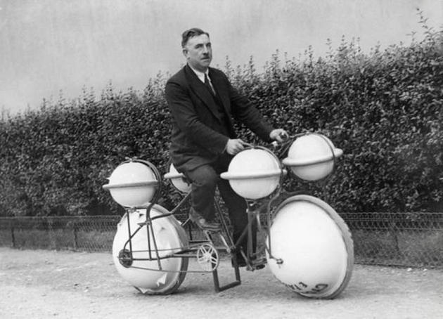 Xe đạp đi được cả trên cạn, lẫn dưới nước...