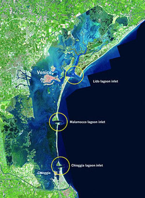 Vị trí ba cửa Lido, Malamoco và Chioggia, nơi 79 cánh cổng của công trình Mose được lắp đặt để chặn nước từ biển Adriatic đi vào phá - Ảnh: Daily Mail