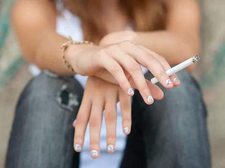 Hút thuốc và uống rượu đều gây hại cho thận. Thận phải làm việc để thải các độc tố ra khỏi cơ thể vì vậy việc hút thuốc và uống rượu sẽ làm tổn thương cho thận, từ đó ảnh hưởng đến chức năng thải độc.