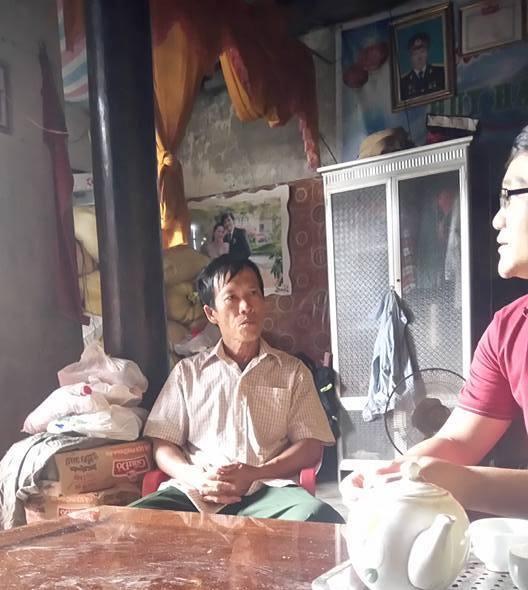 Ông Lê Văn Luận - Phó thôn Trung Thôn(bên trái) trần tình vụ việc thu lại tiền hỗ trợ của dân