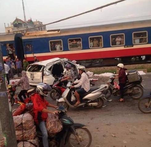Hiện trường vụ tàu hỏa đâm ô tô sáng 24/ ở cung đường sắt đen Thường Tín, Hà Nội.