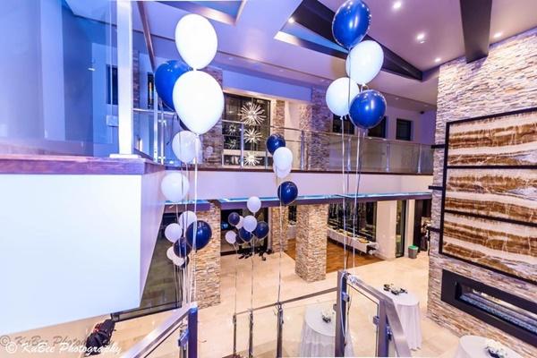 Phòng khách rộng lớn đủ để mở một bữa tiệc